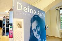 Bildnis der Anne Frank an einer Schautafel