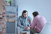 Psychologe im Gespräch mit einem Teenager