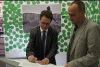 Unterzeichung der Kooperation durch zwei Einrichtungsleiter